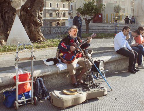 Un fake di Guccini si esibisce in piazza, ma viene scoperto dai passanti