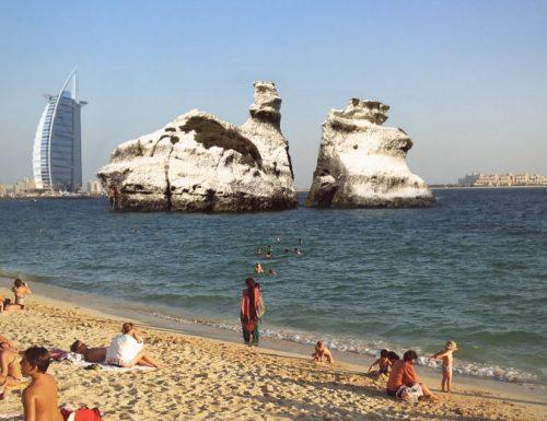 Clamoroso a Dubai, lo sceicco Dorcemui si fa costruire le Due Sorelle nella sua spiaggia privata