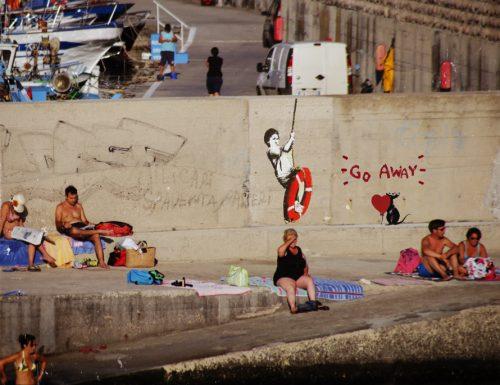 Il capolavoro dell'artista Banksy nel massiccio molo del porto di Castro