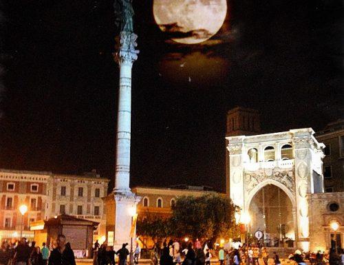 La super luna abbraccia Sant'Oronzo. La piazza di Lecce fa sognare il web.