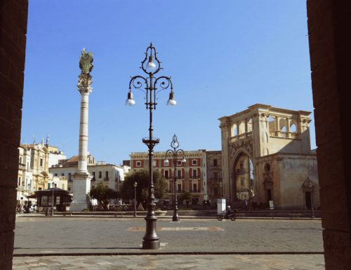 Lecce, la protesta continua e anche Sant'Oronzo volta le spalle alla piazza
