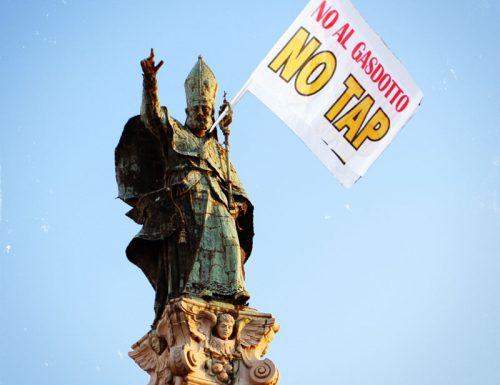 Flash-mob in piazza e anche Sant'Oronzo si schiera con i No Tap