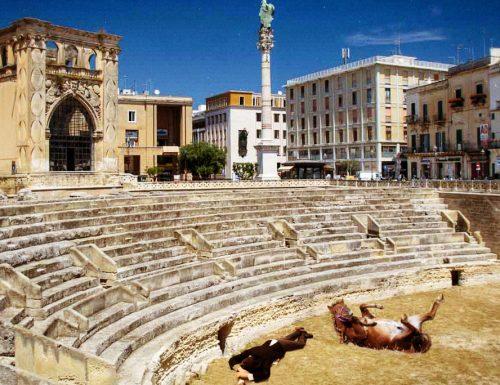 Lecce 2019, commissario europeo ubriaco si addormenta nell'Anfiteatro con il suo destriero
