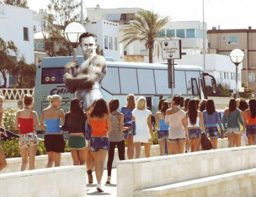 A Gallipoli ecco la statua di Rocco Siffredi che piace alle femministe salentine