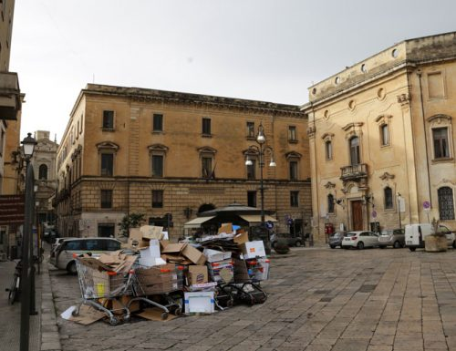 Carrelli della spesa in Piazza Sant'Oronzo, problema o vera risorsa per il Salento?