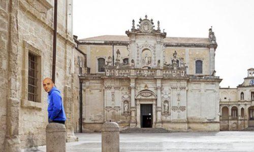 Performance artistica di Saviano: sedotto dal barocco leccese urina in Piazza Duomo
