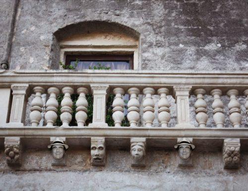 Viaggio a Cellino San Marco, dove i balconi sono un'arte indotta