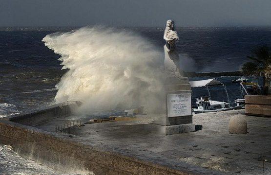 Violenta mareggiata a Porto Cesareo, strade allagate e statua Arcuri custipata