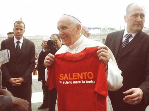 Papa Francesco come Salvini, benedice e indossa la t-shirt Salento
