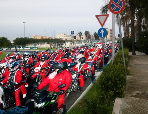 Continua a Lecce la protesta di Babbo Natale contro i mocciosi salentini maleducati
