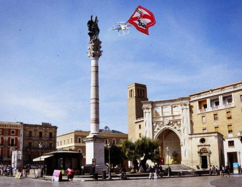 Drone con bandiera barese invade piazza Sant'Oronzo, clima di tensione a Lecce