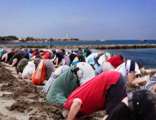 """A San Cataldo un cordiale flash mob per dire """"Basta umidità"""" nel Salento"""