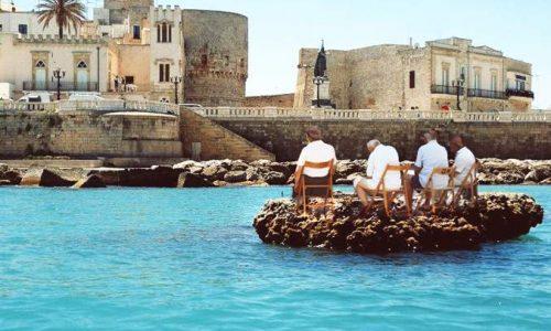 Torna a Otranto l'antico rito dell'attesa di Gesù Bambino sullo scoglio dei granchi monchi