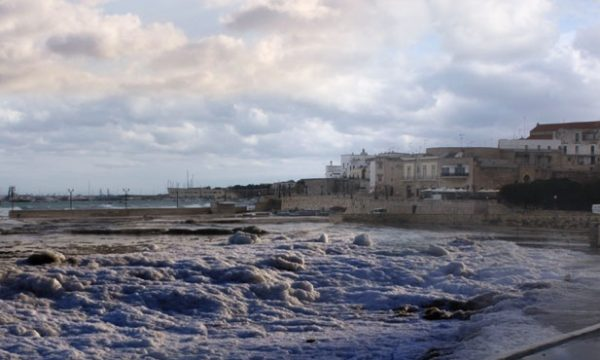 """Neve e gelo, il fenomeno del """"sea smoke"""" accarezza Otranto e il Salento"""