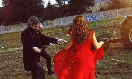 Paolo Perrone boicotta la Fòcara e balla la Taranta nelle campagne di Sternatia