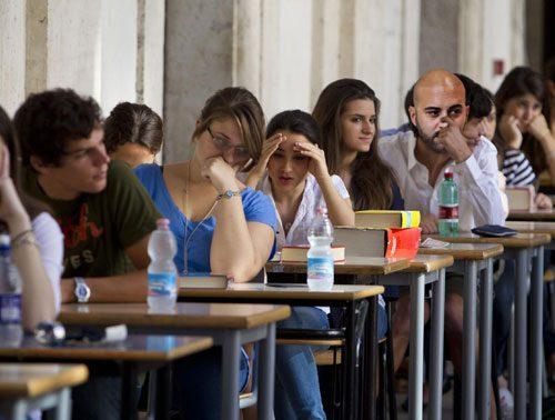 Maturità #primaprova, latino al classico e Giuliano Sangiorgi allo scientifico