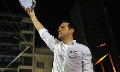 Tsipras vince con il modello Calimera e sul palco balla Kalinifta