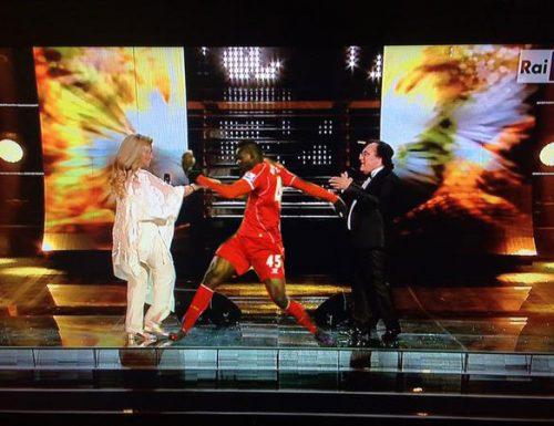 Sanremo2015: Balotelli torna al gol durante l'esibizione di Albano e Romina