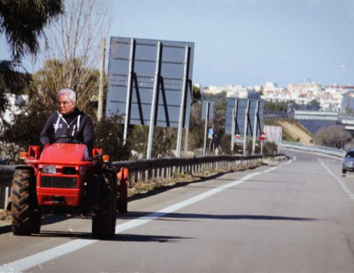 Mattarella nel Salento: viene a comandare col trattore in tangenziale