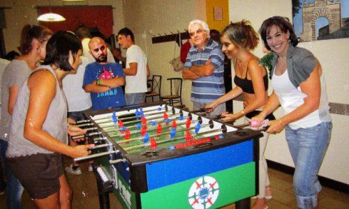 Sobrietà e normalità, Sergio Mattarella arbitra il torneo di calcio balilla a Copertino