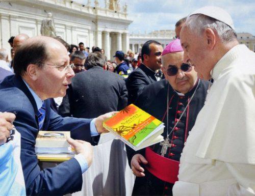 """Giornata mondiale del libro, Papa Francesco svela: """"Sono io il copywriter di Nandu Popu"""""""