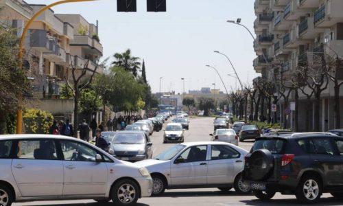 """Caos auto a Lecce, il monito dell'esperto: """"SCIATI ALL'AMPEDE!1!!"""""""