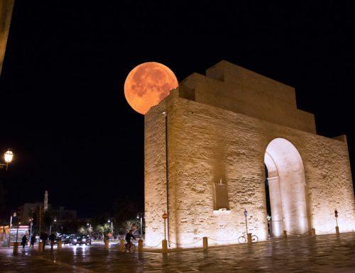 La Luna a Lecce abbraccia Porta Napoli, ma il popolo del web stavolta non si commuove