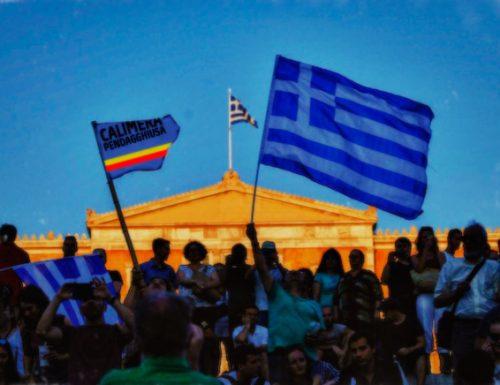 La Grecia festeggia il none e in piazza sventola la bandiera di Calimera Pendagghiusa