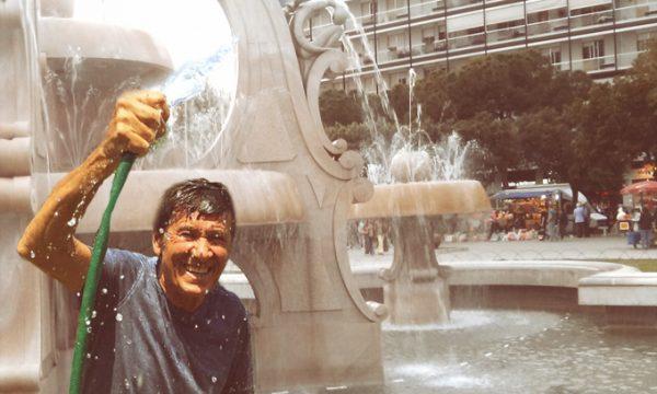 Parte oggi la stagione estiva in Piazza Mazzini, il primo bagno è di Gianni Morandi
