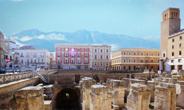 Sorpresa all'alba salentina, dal centro di Lecce si intravedono le montagne innevate di Monteroni