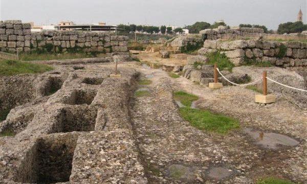Ritrovata la statua del greco Ascalonus, l'inventore dei pasticciotti