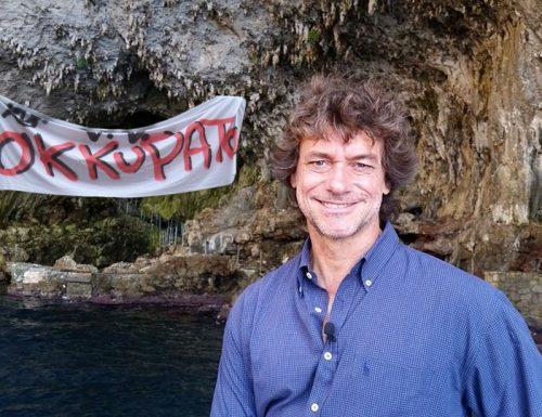 Emergenza grotte, esplode la protesta: Alberto Angela occupa la Zinzulusa
