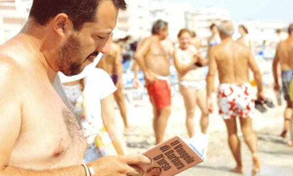 Matteo Salvini paparazzato mentre cercava di leggere qualcosa a Casalabate