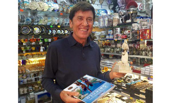 Gianni Morandi a Porto Cesareo si regala il souvenir di Manuela Arcuri