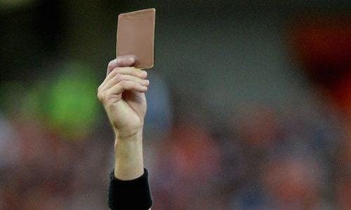Rivoluzione nel calcio: arriva il cartellino marrone per il giocatore ca nu bbale na lira