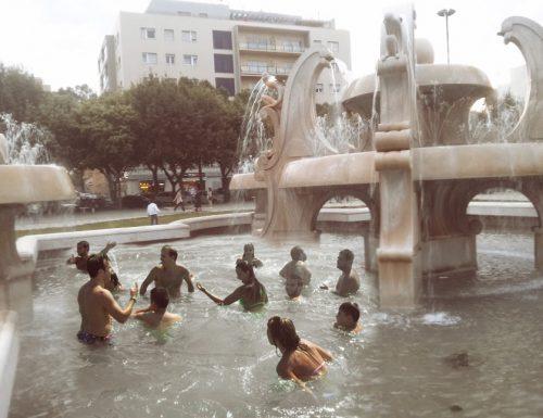 Troppo caldo a novembre, a Lecce c'è chi si tuffa in Piazza Mazzini