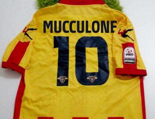 Lecce, ritirata la maglia numero 10 di Mucculone