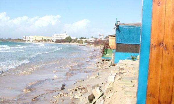 Costruiva quadrati abusivi sull'ipotenusa demaniale, nei guai un giovane di Porto Cesareo