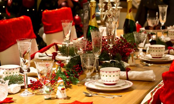"""Cenone di Natale: tradizione o modernità? L'esperto consiglia: """"Comu spiendi mangi""""."""