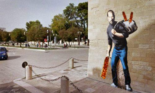 Banksy di nuovo a Lecce, a Porta Napoli spunta il murales con Steve Jobs che regala iCupeta