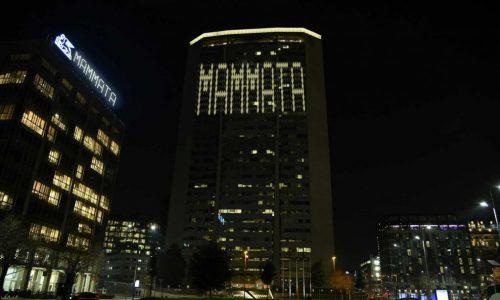 """Sul Pirellone appare la scritta """"Mammata"""", sul web si scatena la salentinità"""