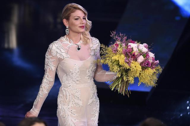 Emma sul palco del teatro Ariston durante la prima serata del Festival di Sanremo, 10 febbraio 2015.     ANSA/CLAUDIO ONORATI