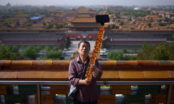 Tutti pazzi per il selfie-cupeta-stick salentino, da Maglie a Pechino