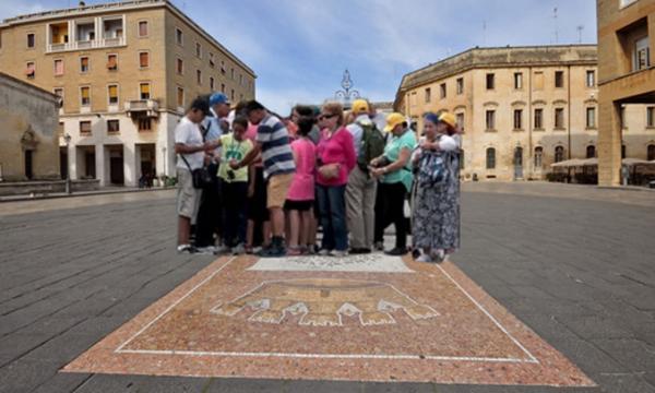 Paura in pieno centro a Lecce, comitiva di turisti bloccata sulla Lupa di piazza Sant'Oronzo
