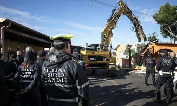 Blitz contro i Casalabate: sgomberate le otto ville costruite abbuecchiu